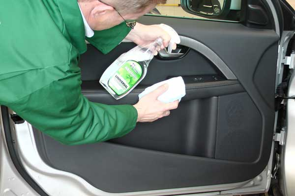 Cleaning-inside-the-car-without-using-waterr